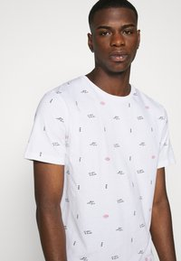 Scotch & Soda - CLASSIC CREWNECK TEE WITH ALL OVER PATTERN - T-shirt print - white - 4