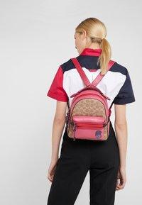 Coach - SIGNATURE CAMPUS BACKPACK  - Batoh - tan/bright cherry/multi - 1