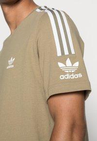 adidas Originals - TECH TEE - Print T-shirt - orbit green - 4