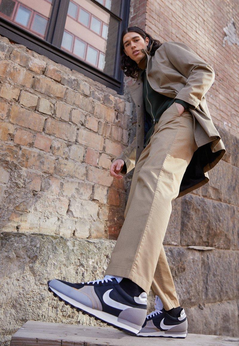 Nike Sportswear - DBREAK TYPE UNISEX - Trainers - black/white/grey fog/college grey/bucktan
