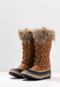 Sorel - JOAN OF ARCTIC - Zimní obuv - camel brown/black - 4