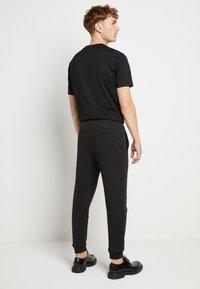 HUGO - DOAK - Teplákové kalhoty - black / gold - 2