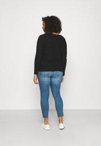 ONLY Carmakoma - CARRUSH LIFE   - Jeans Skinny Fit - medium blue denim - 2