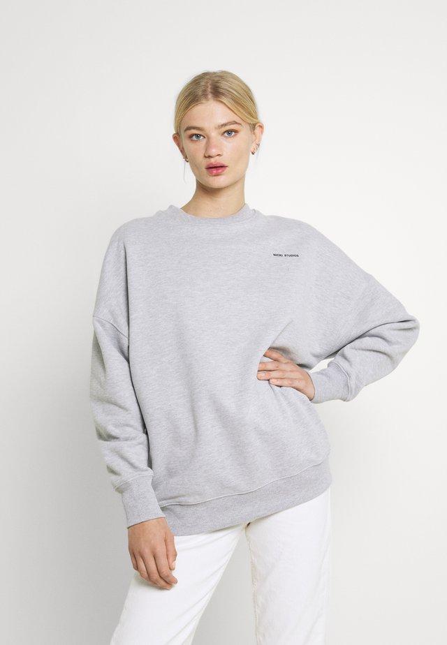 LOGOCOLLAGECREWNECK - Sweatshirt - greymelange