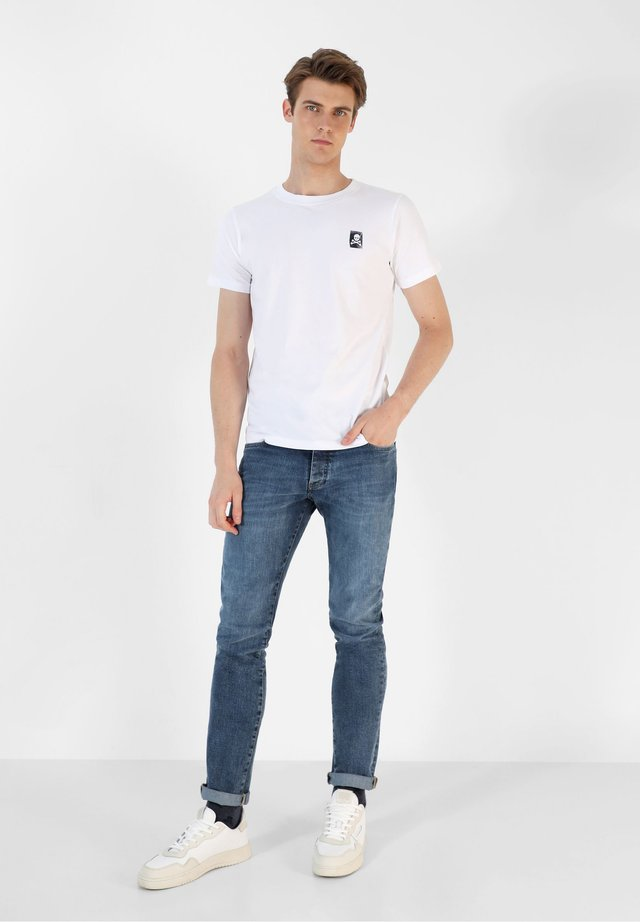 WITH SLOGAN PRINT AT THE BACK - Camiseta estampada - white