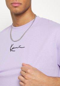 Karl Kani - SMALL SIGNATURE TEE - Basic T-shirt - lilac - 4