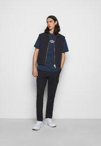 Han Kjøbenhavn - BOXY TEE FRONT - Print T-shirt - faded navy/white - 1