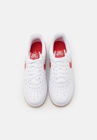 Nike Sportswear - AIR FORCE 1 '07 LV8 UNISEX - Tenisky - white/chile red/glacier ice/light brown - 3