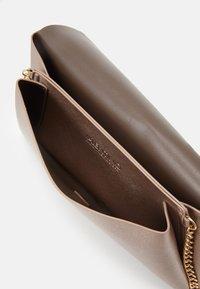 Valentino Bags - ARPIE - Across body bag - oro rosa - 2