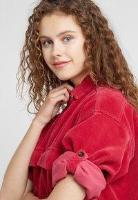 CLOSED - DELLAN - Košile - ruby - 5