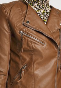 Vero Moda Tall - VMRIAFAVO SHORT COATED JACKET - Faux leather jacket - cognac - 4