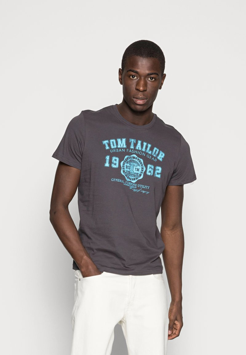 TOM TAILOR - LOGO TEE - Print T-shirt - tarmac grey