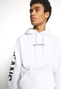 Calvin Klein Jeans - BOLD LOGO HOODIE - Hoodie - bright white - 3