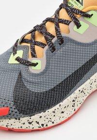 Nike Performance - PEGASUS TRAIL 2 GTX - Vaelluskengät - smoke grey/black/bucktan/college grey/key lime/chile red - 5