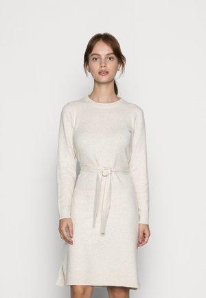 PCCAVA O NECK DRESS - Vestido de punto - birch