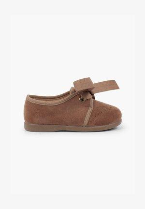 CON LAZO Y PICADOS - Zapatos de vestir - topo