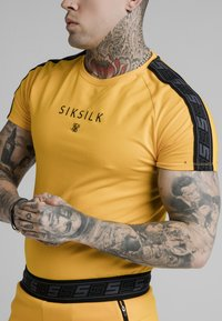 SIKSILK - RAGLAN EXHIBIT GYM TEE - Camiseta estampada - yellow - 2