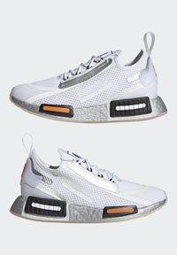 adidas Originals - NMD_R1 SPECTOO UNISEX - Sneakers basse - footwear white/core black - 7