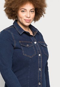 Pieces Curve - PCSILIA DRESS - Denim dress - dark blue denim - 4