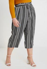 New Look Curves - VINNIE STRIPE EMERALD TIE WAIST CROP - Pantalones - black pattern - 0