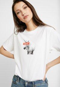 Merchcode - LADIES FAKE UNICORN TEE - Print T-shirt - white - 4