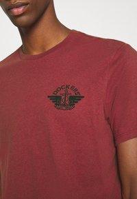 DOCKERS - LOGO TEE - Print T-shirt - warm cinnabar/chestnut red - 5