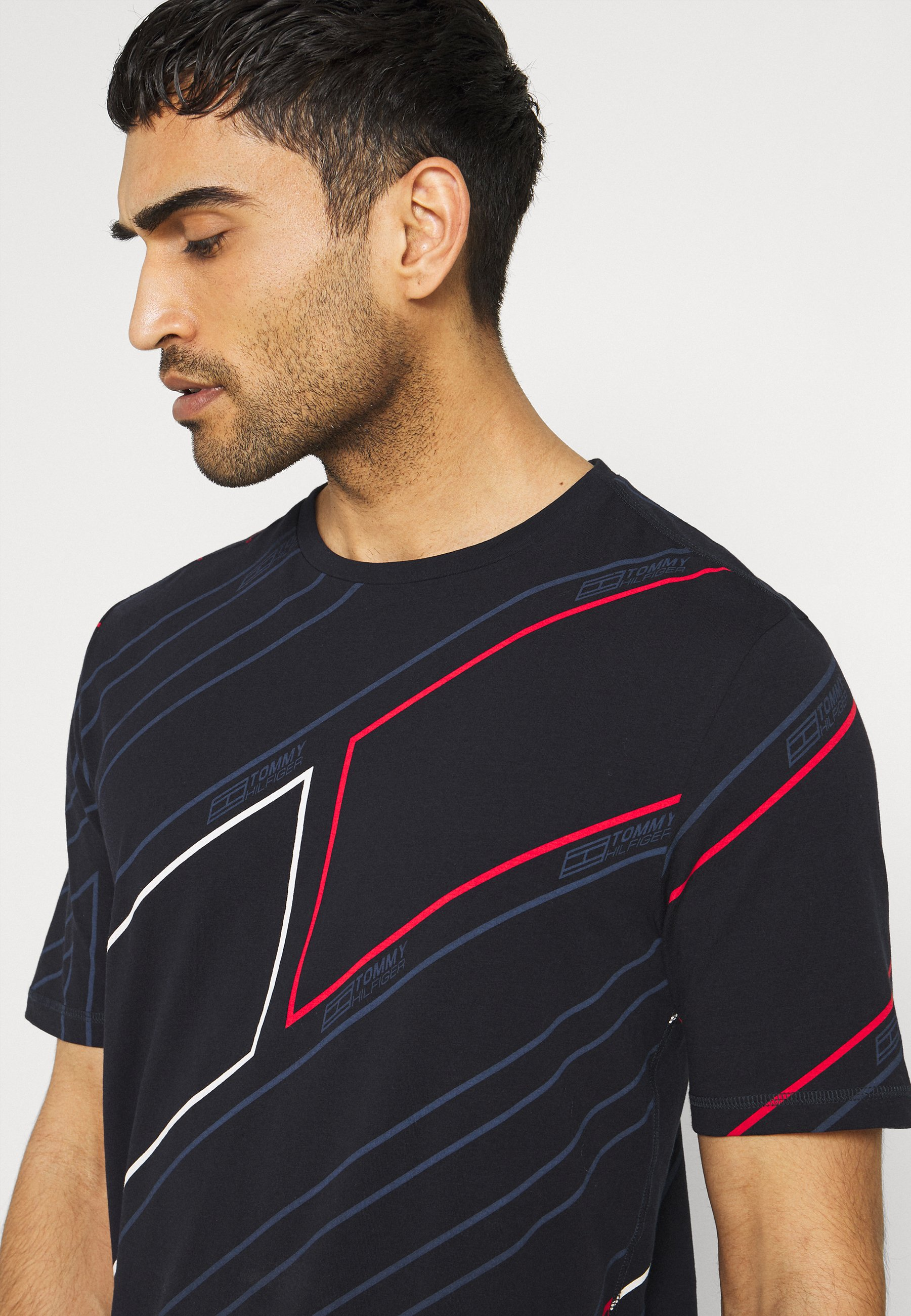 Uomo GRAPHIC ALL OVER TEE - T-shirt con stampa