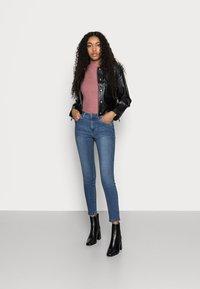 Vero Moda Petite - VMTANYA PIPING - Jeans Skinny Fit - medium blue denim - 1
