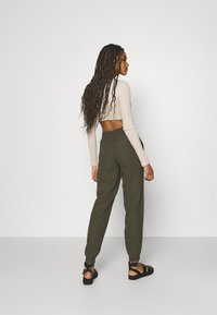 ONLY - ONLKELDA EMERY PULL UP PANTS - Pantalones deportivos - grape leaf - 2