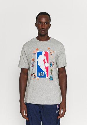 NBA SPACE JAM 2 SQUAD UP TEE - T-shirt imprimé - grey