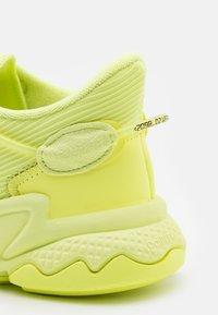 adidas Originals - OZWEEGO UNISEX - Trainers - frozen yellow - 7