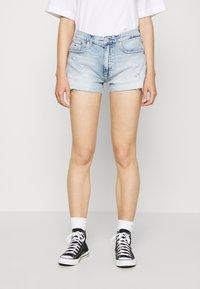 Tommy Jeans - HOTPANT  - Short en jean - light blue - 0