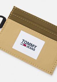 Tommy Jeans - URBAN HOLDER UNISEX - Plånbok - green - 3