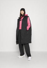 Nike Sportswear - HOODIE - Jersey con capucha - pink glow/black - 1