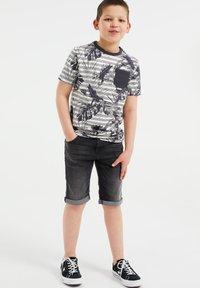 WE Fashion - MET STREEP- EN BLADERENDESSIN - Print T-shirt - grey - 0