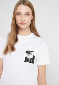 KARL LAGERFELD - LEGEND POCKET TEE - Print T-shirt - white - 3