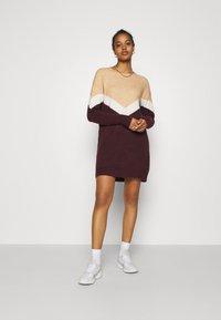 Vero Moda - VMGINGOBLOCK O-NECK DRESS  - Strikket kjole - cabernet/birch/tan - 1