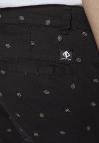 TOM TAILOR DENIM - TOM TAILOR DENIM HOSEN & CHINO GEMUSTERTE CHINO SHORTS - Shorts - black small leaves print - 5