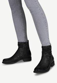 Tamaris - Kotníková obuv - black/black - 0