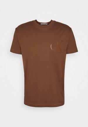 MONOGRAM TEE UNISEX - T-shirt con stampa - brown
