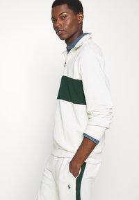 Polo Ralph Lauren - LOOPBACK TERRY LONG SLEEVE - Sweatshirt - chic cream/college green - 4