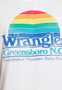 Wrangler - GRAPHIC TEE - Print T-shirt - white - 4