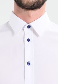 Pier One - CONTRAST BUTTON SLIMFIT - Shirt - white/blue - 3