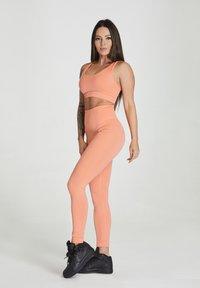 carpatree - SEAMLESS LEGGINGS MODEL ONE - Trikoot - peach orange - 1