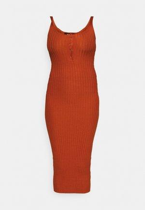 POPPER MIDAXI DRESS - Pouzdrové šaty - rust
