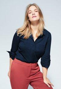 Violeta by Mango - BAUMWOLLHEMD MIT KNÖPFEN - Button-down blouse - dunkles marineblau - 0