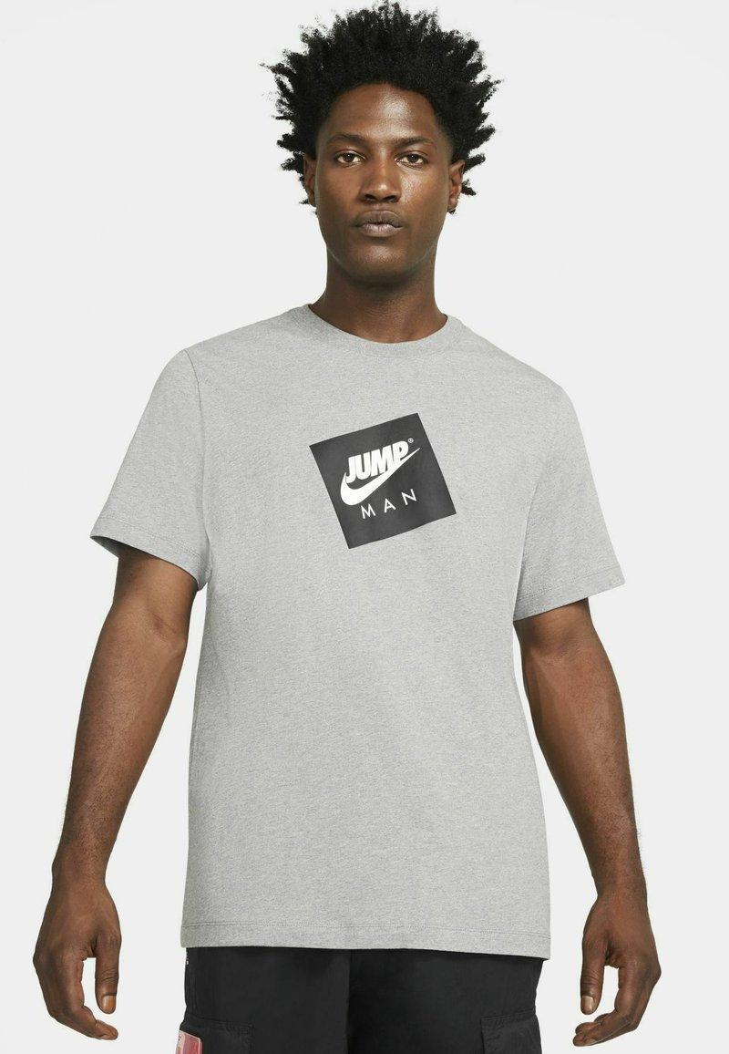 Jordan - JUMPMAN BOX CREW - T-shirt med print - carbon heather/black
