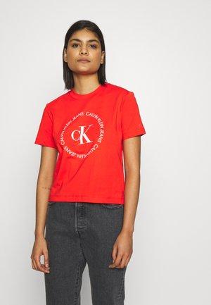 ROUND LOGO STRAIGHT TEE - Print T-shirt - fiery red