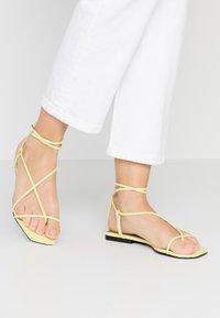 Who What Wear - ZANDER - Sandály s odděleným palcem - limeade - 0