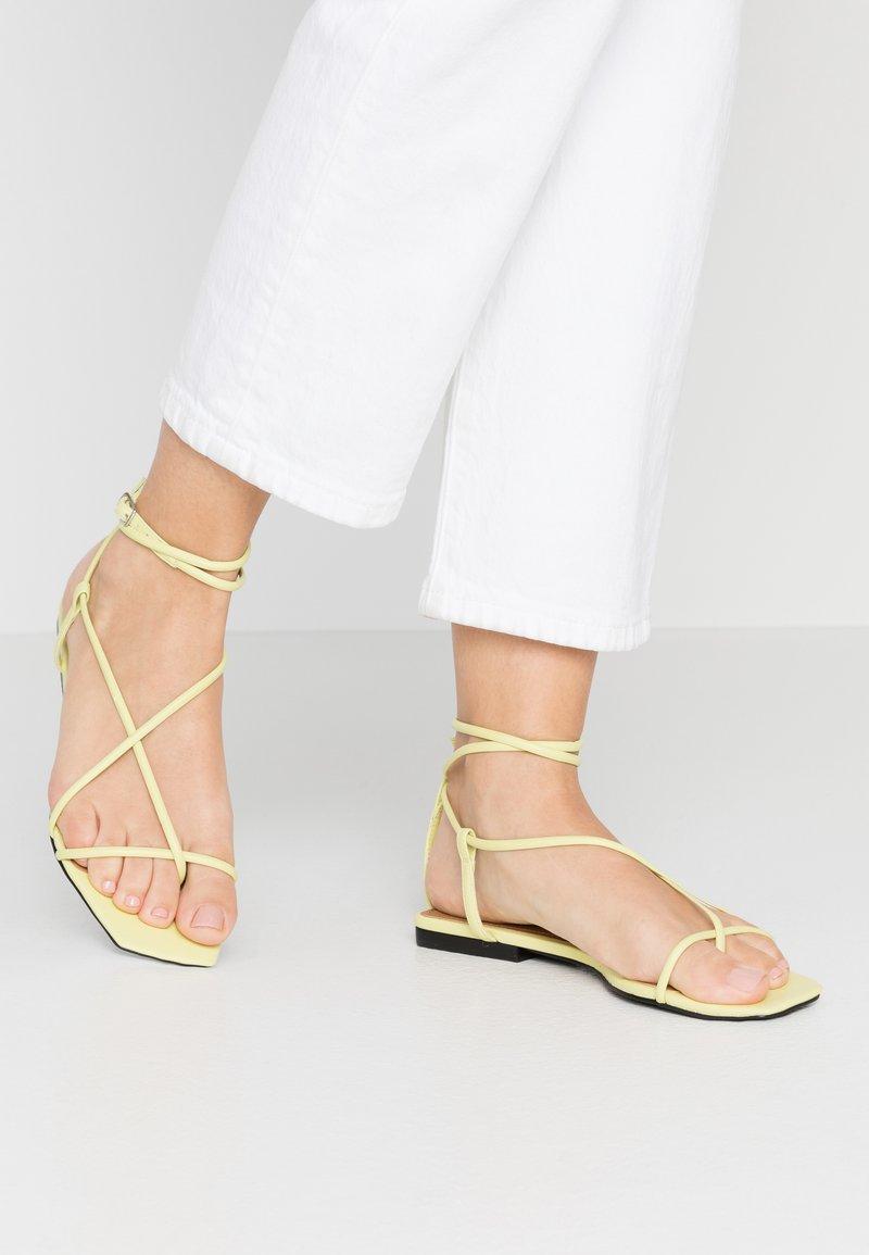 Who What Wear - ZANDER - Sandály s odděleným palcem - limeade